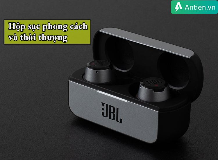 JBL Reflect Flow có 1 hộp sạc rất phong cách và thời thượng